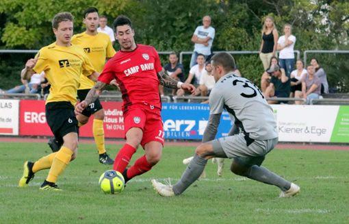Der FV 08 Rottweil (gelbe Trikots) unterlag in der dritten Runde des WFV-Pokals dem Oberligisten SSV Reutlingen. Foto: Schleeh