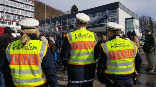 Polizisten vor der Burladinger Stadthalle. Foto: Horst