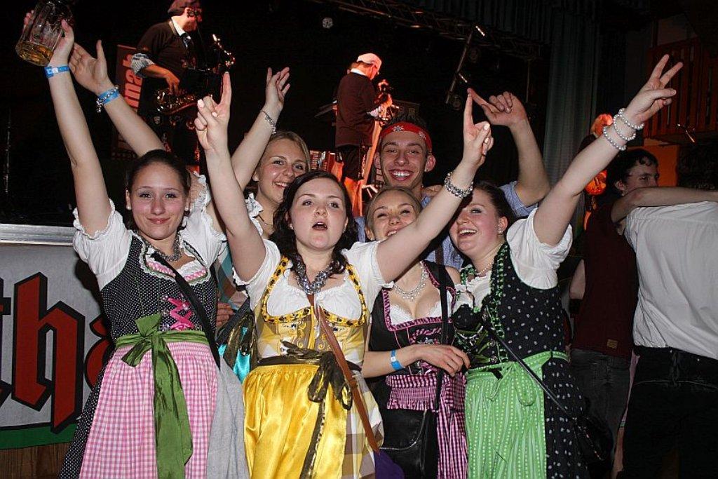 03238d2f6a5c62 Schramberg: Oktoberfest-Stimmung bei Dirndl-Party in Tennenbronn ...