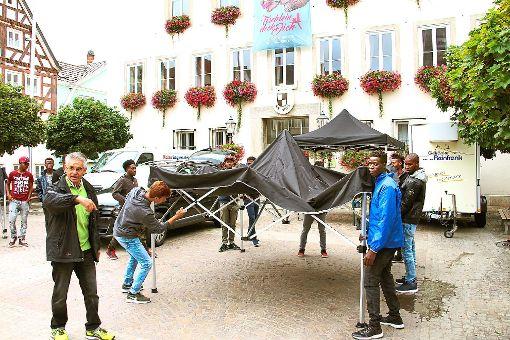 Siegfried Wischke  (vorne links) hat sich Verstärkung geholt. Elf Jugendliche halfen  beim Aufbauen der Zelte.   Fotos: Huger Foto: Schwarzwälder-Bote