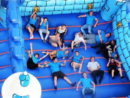 Die Hüpfburg ist eigentlich Teil des Kinderprogramms – aber auch Erwachsene fühlen sich dort wohl.  Foto: Kromer Foto: Schwarzwälder Bote