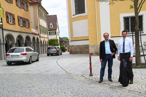 Die Fahrt ist frei: Bürgermeister Severin Graf (links) und Oberbürgermeister Erik Pauly läuten die Stund null ein, nachdem die Einbahnstraßenschilder an der Stadtkirche abgebaut worden sind.   Foto: Jakober Foto: Schwarzwälder Bote