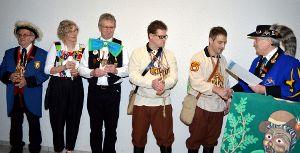 Berthold Schneider (rechts) überreicht Mike Schwenk die Urkunde zum 30. Geburtstag. Fotos: Herzog Foto: Schwarzwälder-Bote