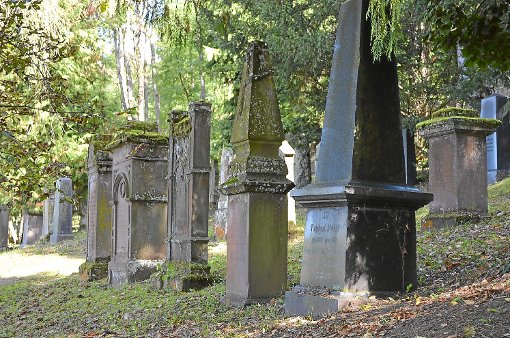 Sollen wieder fest und sicher stehen: die Grabsteine auf dem jüdischen Friedhof in Hechingen.  Foto: Jauch Foto: Schwarzwälder-Bote