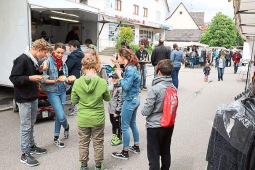 Vor allem lockte die Besucher das kulinarische Angebot der Vereine auf den Krämermarkt in Salzstetten.  Foto: Wagner Foto: Schwarzwälder Bote