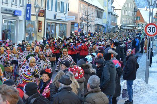 Am Fasnetsdienstag stand wieder ein närrischer Pflichttermin für alle in und um Oberndorf an: Beim historischen Narrensprung zogen Narren und Musiker durchs Städtle. Foto: Cools