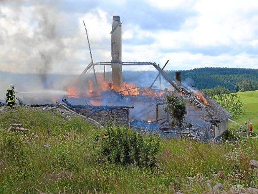 Bis auf die Grundmauern brannte der 400 Jahre alte Bauernhof in Oberkirnach gestern nieder.    Foto: Vaas Foto: Schwarzwälder-Bote