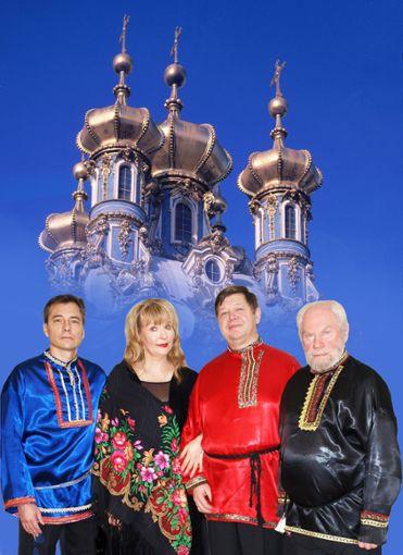 Vor den vergoldeten Zwiebeltürmen der St. Petersburger Kirchen: die Solisten des Vokalensembles.  Foto: Privat Foto: Schwarzwälder Bote