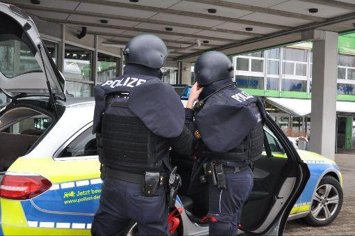 Die Polizei hat das Berufsschulzentrum in Freudenstadt vorsorglich abgeriegelt.  Foto: Müller