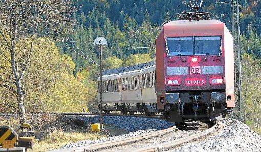 Beim Mitfahren auf den Puffern am Ende von Zügen setzen Jugendliche ihr Leben aufs Spiel. Die Polizei warnt eindringlich vor solch leichtsinnigen Mutproben. (Symbolfoto) Foto: Schwarzwälder-Bote