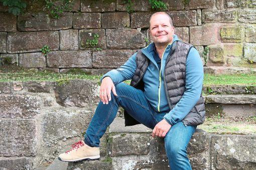 Der Wildberger Tenor Andreas Kramer, musikalischer Gesamtleiter von Wildberg Classic Open, inspizierte die Vorbereitungen in der Wildberger Schlossanlage.  Foto: Buchner Foto: Schwarzwälder Bote