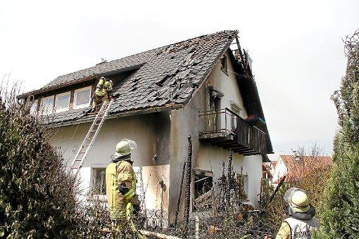 Mehrere Wohnräume und der Dachstuhl des Gebäudes wurden bei einem Brand gestern Nachmittag in Mitleidenschaft gezogen. Von dem Holzschopf, in dem das Feuer ausgebrochen war, sind zwei verkohlte Pfeiler übrig geblieben. Foto: Bäckermann