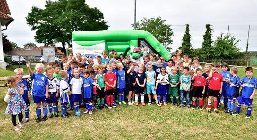 Das ASV-Familienfest hat viele große und kleine Gäste angelockt, und das VfB-Fritzle war der Star bei den jungen Kickern.  Foto: Morlok Foto: Schwarzwälder-Bote