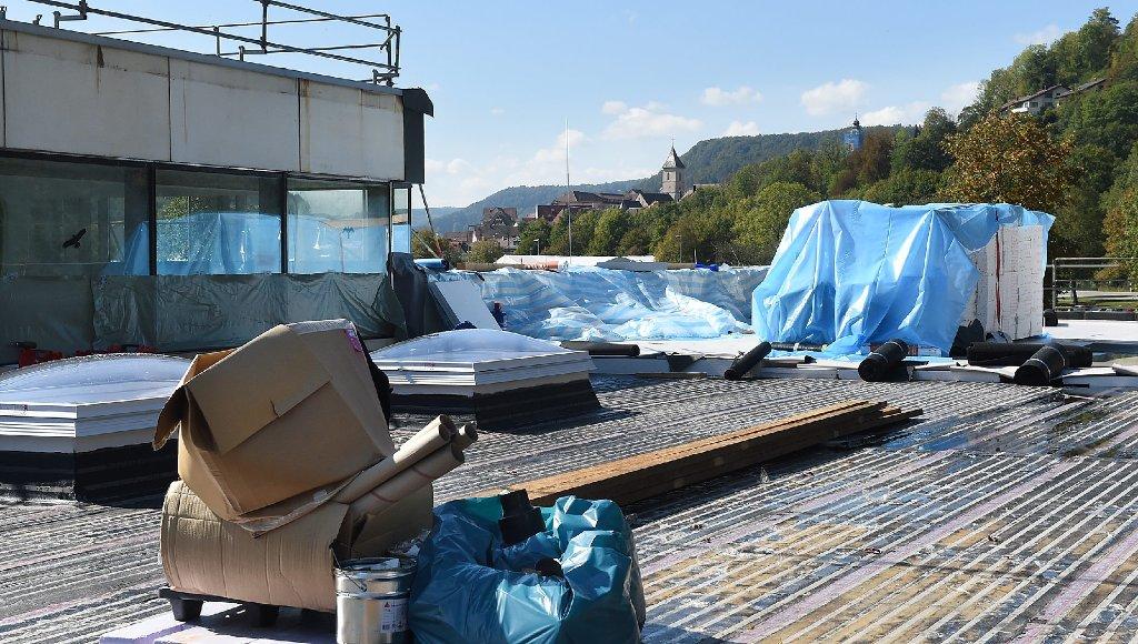 baustelle neckarbad dach arbeiter l sen schindeln von den balken unten steht einer mit einer. Black Bedroom Furniture Sets. Home Design Ideas