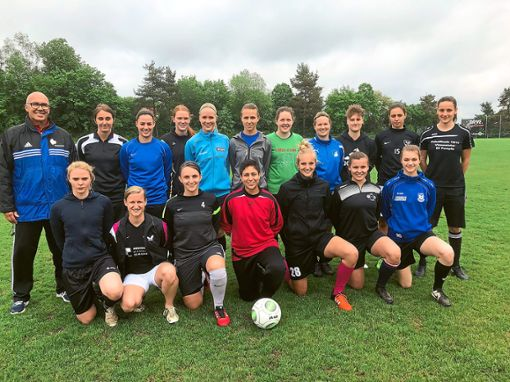 Die Frauenfußball-Auswahl der Polizei-Fachhochschule Villingen-Schwenningen bereitet sich in Marbach auf die Landesmeisterschaft in Stuttgart vor.  Foto: Rohde Foto: Schwarzwälder Bote