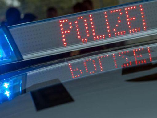 Blaulicht und Schriftzug Polizei auf dem Dach eines Funkstreifenwagens.  Foto: dpa