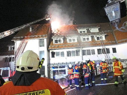 Mit einem Großaufgebot waren die Feuerwehren beim Wohnungsbrand in Neubulach im Einsatz, der zwei Todesopfer forderte. Foto: Stocker