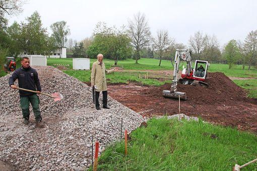 Bürgermeister Fritz Link steht vor dem Gelände des ehemaligen Reitvereins. Dort entstehen  bis Saisonstart zwei neue Tennisplätze.   Foto: Hübner Foto: Schwarzwälder Bote