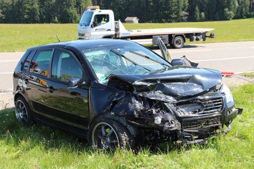 Ein schwerer Verkehrsunfall hat sich am Freitag bei Seewald-Besenfeld ereignet. Zwei Personen wurden dabei schwer verletzt.   Foto: Sannert