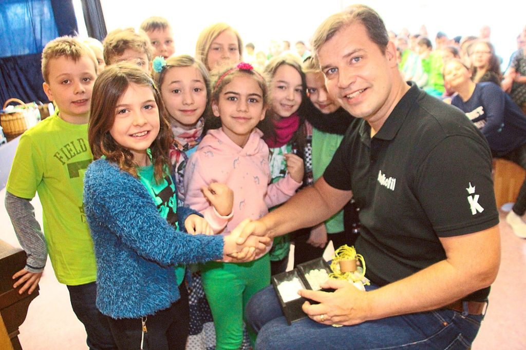 Einen Mondstein erhielten die Steppachschüler von Armin Pongs gegen das Versprechen, weniger fernzusehen und mehr zu lesen. Foto: Heinig Foto: Schwarzwälder Bote