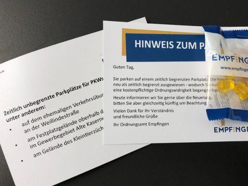 Mit Hinweiszetteln und Nervennahrung werden Falschparker informiert.  Foto: Gemeinde Foto: Schwarzwälder Bote