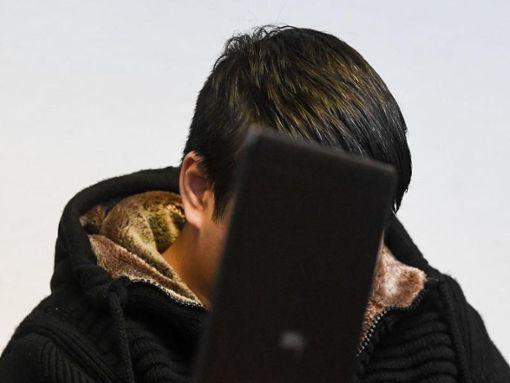 Der Angeklagte sitzt im Landgericht im Gerichtssaal hinter einem Notebook.  Foto: Patrick Seeger