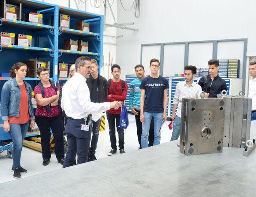 Die Firma Kipp stellt den Jugendlichen die Ausbildungsmöglichkeiten vor.   Foto: ah Foto: Schwarzwälder Bote