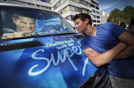 Unser Autor Lucas Radermacher lehnt sich an den DSDS-Bus mit Dieter Bohlens Konterfei hinter der Windschutzscheibe. Foto: Piechowski