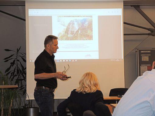 Sebastian Pingel erläuterte die Gefahrenpunkte an der Hirschbachstraße.   Foto: Jehle