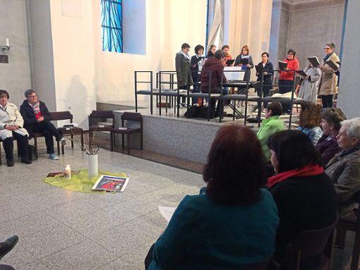 Die Frauenschola und der katholische Frauenbund gestalten den Ablauf mit Musik.  Foto: Olowinsky Foto: Schwarzwälder Bote