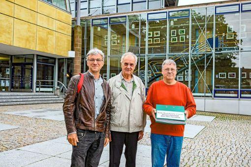 Sie wollen, dass beim geplanten Turmbau die Bürger das letzte Wort haben (von links): Rainer Kraft, Peter Burkhardt und Uwe Schmiedeberg.  Foto: Fritsch