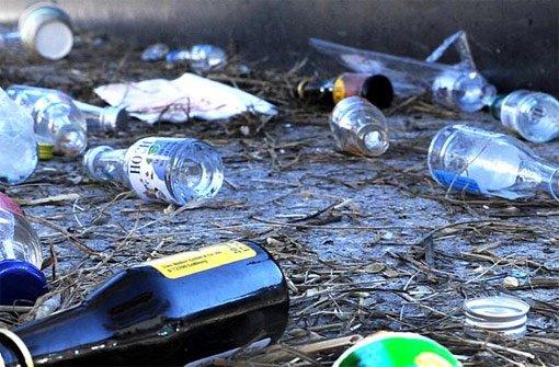 Die Unbekannten hinterließen nach dem Trinkgelage jede Menge Unrat und Sachschaden. (Symbolfoto) Foto: Armbruster