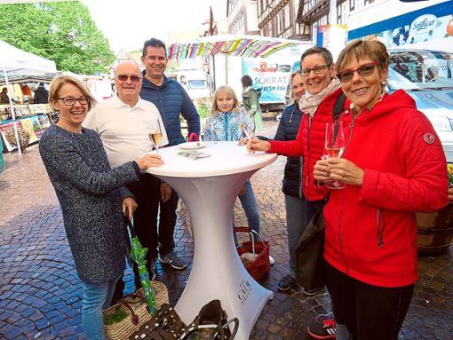 Für gute Stimmung auf dem Wochenmarkt sorgte Marktorganisator Jürgen Rust (Zweiter von links) zusammen mit dem Gewerbeverein mit  der Muttertagsaktion.  Foto: Verstl Foto: Schwarzwälder Bote