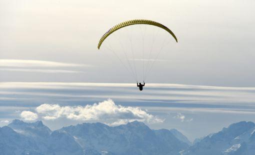 Ein Balinger ist mit seinem Paraglider in Tirol abgestürzt und gestorben. (Symbolfoto) Foto: Hase