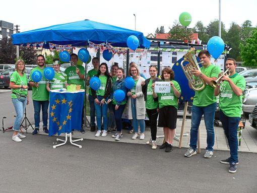 Im Rahmen ihrer 72-Stunden-Aktion informierten junge Leute auf dem Edeka-Parkplatz in Schömberg über  Europa. Musiker der Black Forest Youngsters, eine Jugendgruppe des Musikvereins Schömberg, spielten immer wieder die Europa-Hymne.   Fotos: Krokauer Foto: Schwarzwälder Bote
