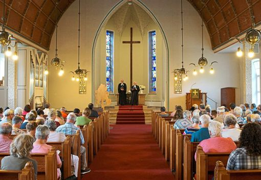 Die Kirche in Tumlingen ist mit Besuchern gefüllt, als Prälat Christian Rose (links) und Dekan Werner Trick Stellung zum Thema Pfarrer Markus A. nehmen.   Foto: Lück
