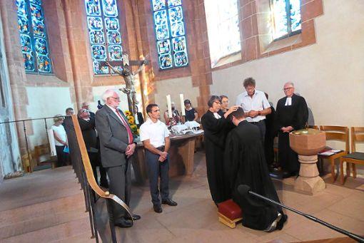 Prälatin Dagmar Zobel (Mitte) segnet zusammen mit Dekan Frank Wellhöner (rechts)  und Vakanz-Pfarrerin Marlene Schwöbel-Hug (Dritte von rechts) den neuen Pfarrer Dominik Wille.  Foto: Dorn Foto: Schwarzwälder Bote