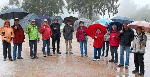 Ausgestattet mit wetterfester Kleidung und Regenschirmen eröffnen die Mittwochswanderer ihre  Saison.  Foto: Schwarzwaldverein Foto: Schwarzwälder Bote