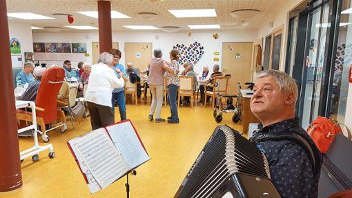 Klaus Rosche singt und spielt für die Senioren im Pflegehaus Rosengarten.  Foto: Pflegehaus Foto: Schwarzwälder Bote