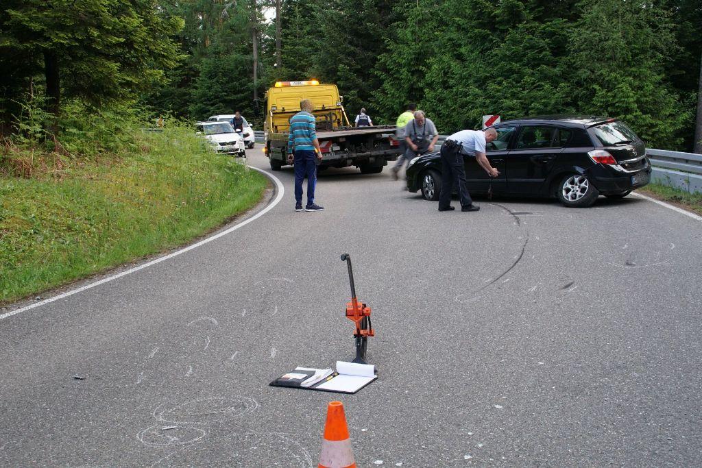 Auto bleibt nicht in der Spur: Zwei Motorradfahrer stürzen