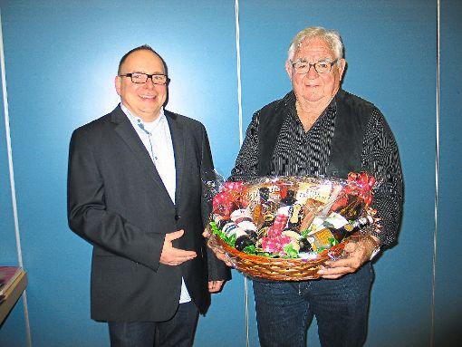 Josef Kleindienst (rechts) ist nach 50 Jahren als Ausschussmitglied im MGV Empfingen aus dem Gremium ausgeschieden. Für seine Verdienste durfte er vom Vorsitzenden Claus Haubold einen Geschenkkorb in Empfang nehmen.  Foto: Gaus Foto: Schwarzwälder-Bote