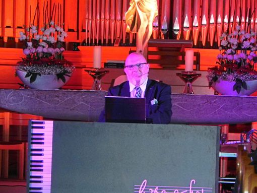 Waldemar Grab hat früher auf dem Traumschiff Klavier gespeilt. Beim Konzert in der Stadtkirche begeistert er das Publikum.   Foto: Haubold Foto: Schwarzwälder Bote