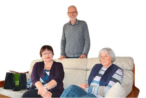 Gudrun Blauth (rechts) hat mit der Hilfe von  Jenny Rausch (links)  wieder   den Weg zurück in den Alltag gefunden.  Koordiniert wird das Nachbarschaftsprojekt von   Dieter Möhle.   Foto: Buckenmaier Foto: Schwarzwälder-Bote