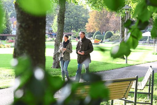 Beim Feierabendspaziergang im Bad Dürrheimer Kurpark lässt sich lässt Grünen-Kandidat Volker Goerz  von Kreisredaktionsleiterin Cornelia Spitz begleiten.  Foto: Eich
