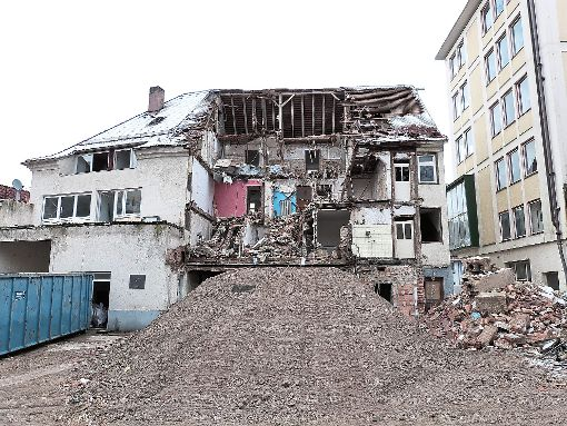 Die Abbrucharbeiten an der Oberndorfer Brauerei gehen weiter. Foto: Danner