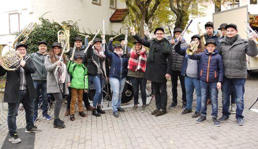 Wie zufällig traf sich die MVO-Jugend um Sebastian Rathmann auf dem Wochenmarkt.   Foto: Eyrich Foto: Schwarzwälder Bote