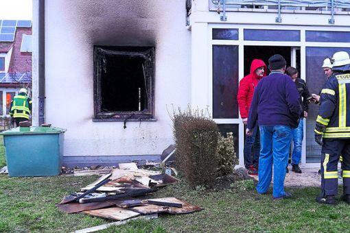 Die Scheibe ist durch die Hitze des Feuers geborsten. Der Wohnungsbesitzer konnte sich aus eigener Kraft ins Freie retten. Foto: Morlok