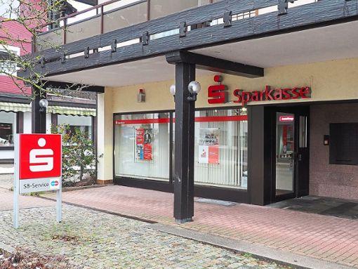Die Sparkassenfiliale in der Freudenstädter Straße 8 hat seit Jahresbeginn geänderte Öffnungszeiten. Foto: Mutschler