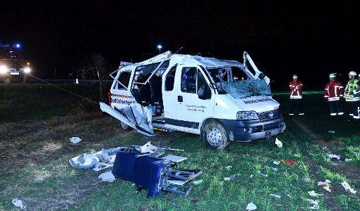 Der DRK-Wagen überschlug sich und landete neben der Fahrbahn. Foto: kamera24.tv
