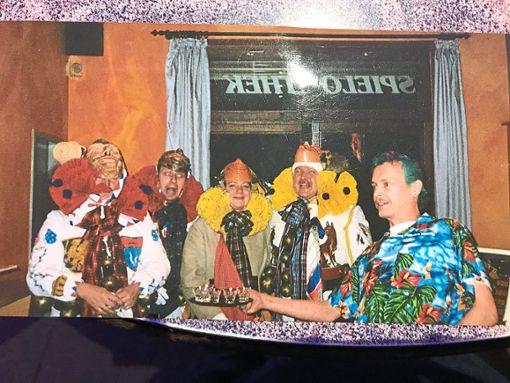 Thomas Brückel (rechts) ist ein Unikat: In seiner Kneipe bewirtete er auch die Hansel, wie auf diesem Foto aus vergangenen Tagen zu sehen ist.  Foto: Privat